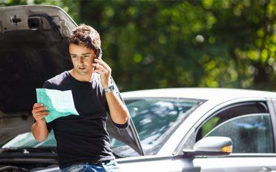 kierowca czyta pismo opierajc się o auto