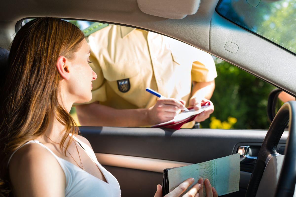 policjant kontroluje auto z kobietą