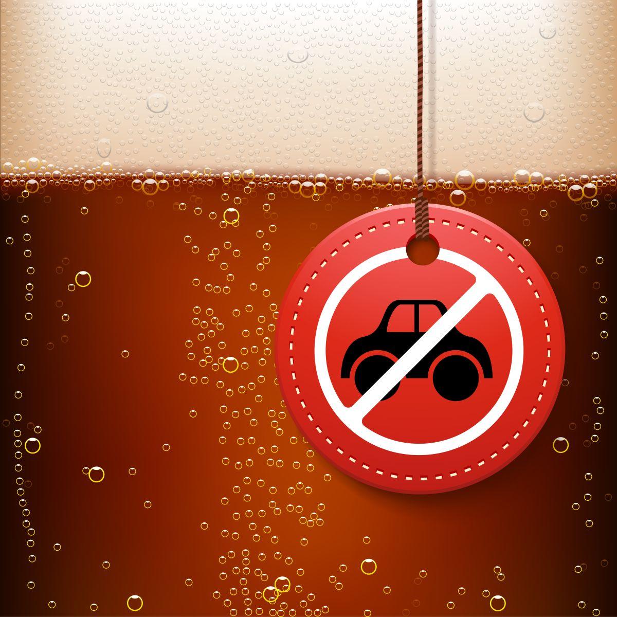 znaczek przekreślonego auta a w tle piwo